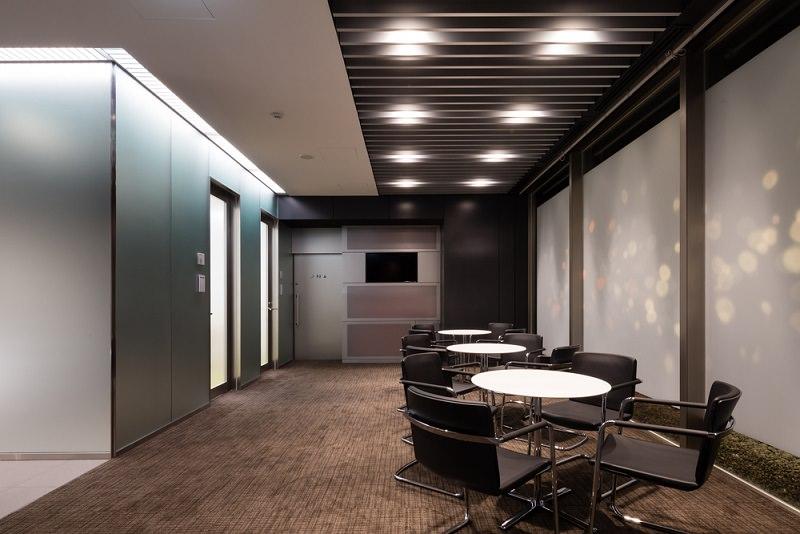 コワーキングスペース「クロスオフィス三田」のミーティングコーナー